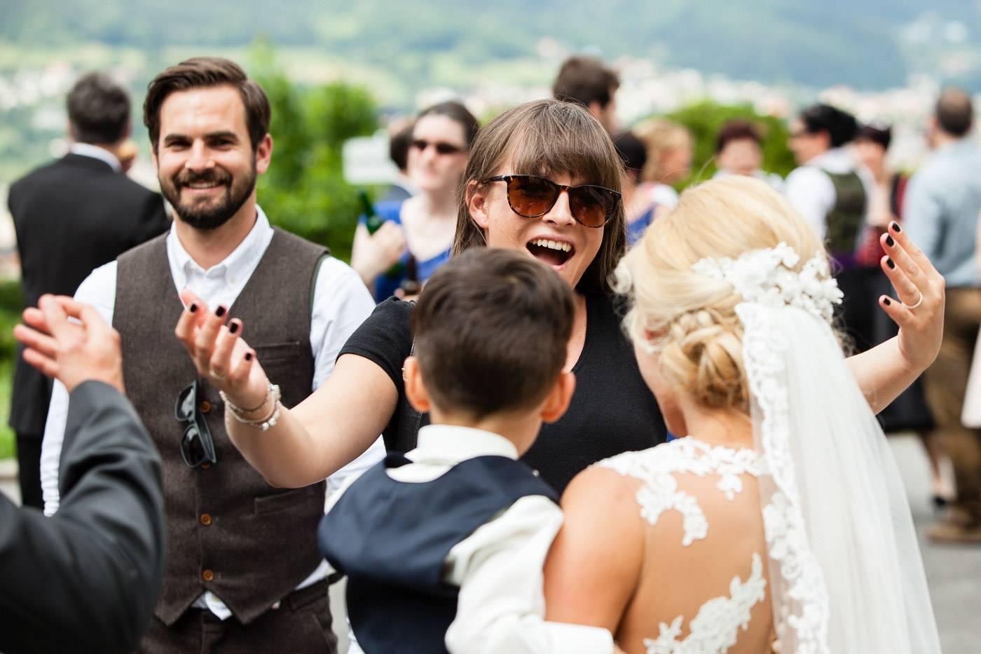 aschenputtel-hochzeitsfotograf-gratulation-kirche-mentlberg-innsbruck-tirol